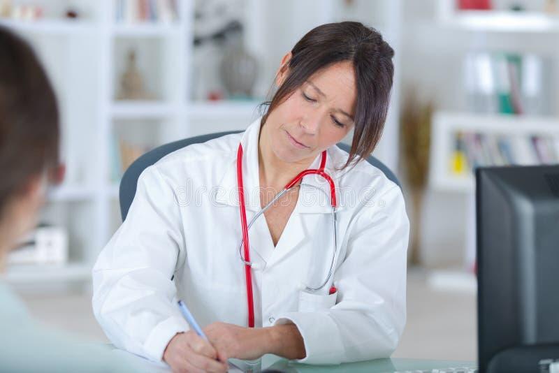 Prescripción femenina hermosa de la escritura del doctor de la medicina fotografía de archivo