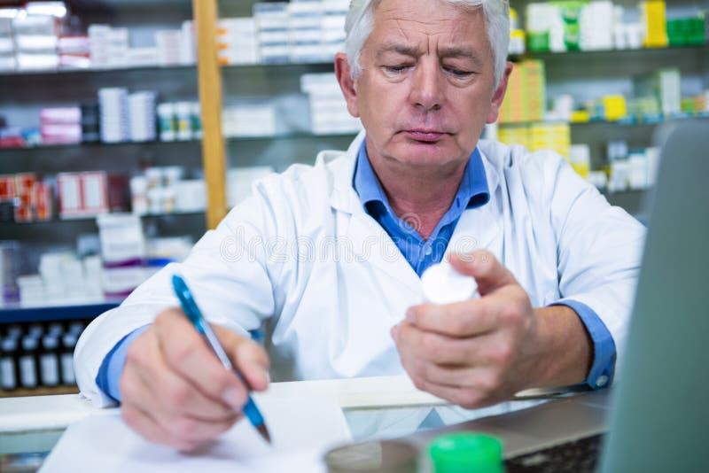 Prescripciones de la escritura del farmacéutico para las medicinas fotografía de archivo