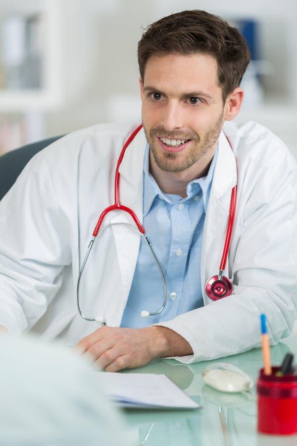 Prescription d'écriture de docteur au bureau photographie stock libre de droits