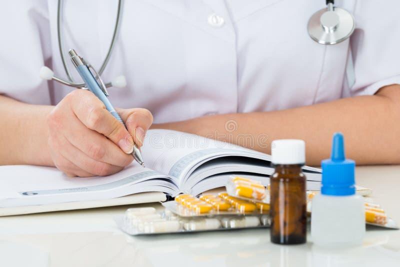 Prescription d'écriture de docteur sur le presse-papiers image stock