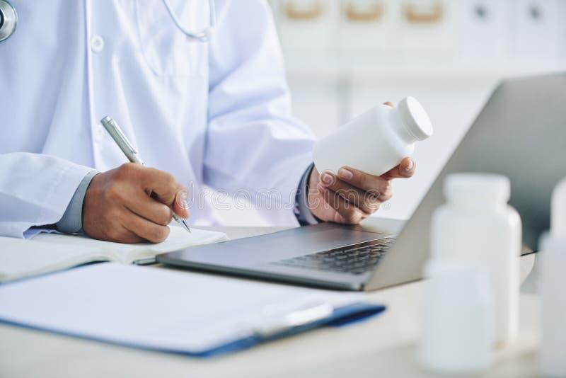 Prescription d'écriture d'homme pour la médecine photo stock