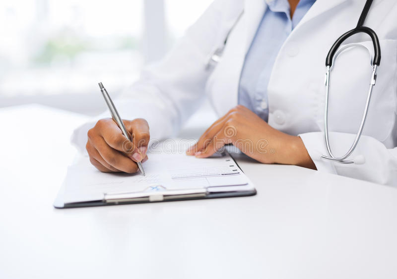 Prescription femelle d'écriture de docteur photo libre de droits