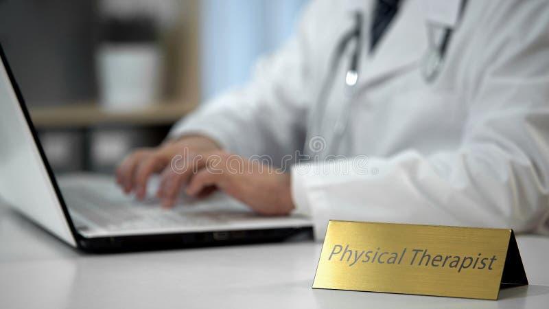 Prescrizione di scrittura del terapista fisico, completante documentazione in ufficio immagini stock libere da diritti