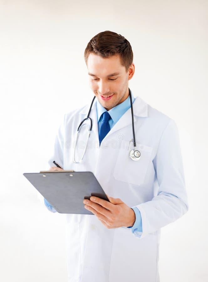 Prescrizione maschio di scrittura di medico fotografia stock libera da diritti