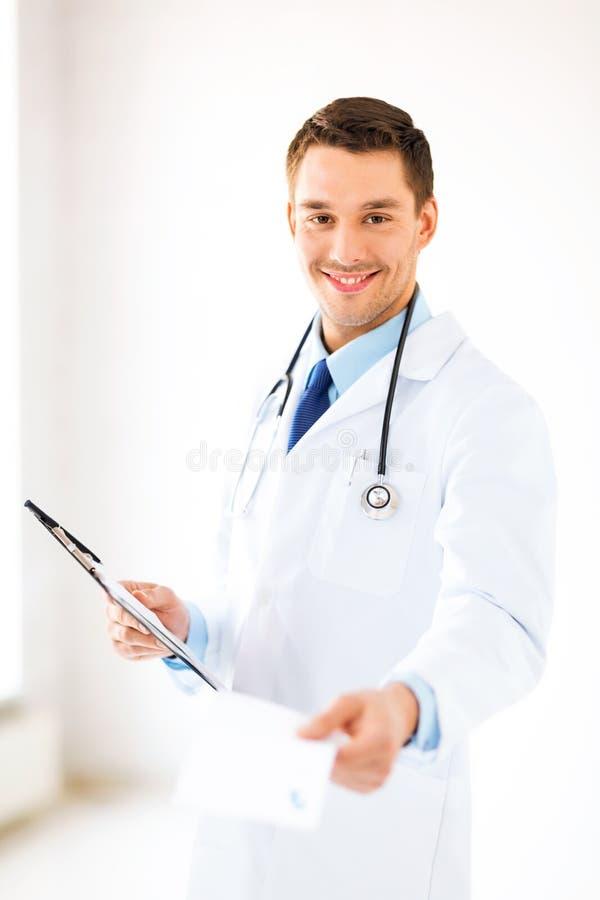Prescrizione maschio di scrittura di medico fotografia stock