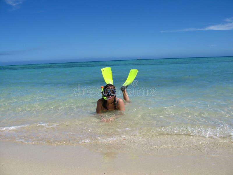 Prese d'aria della ragazza alla bella spiaggia tropicale fotografia stock libera da diritti