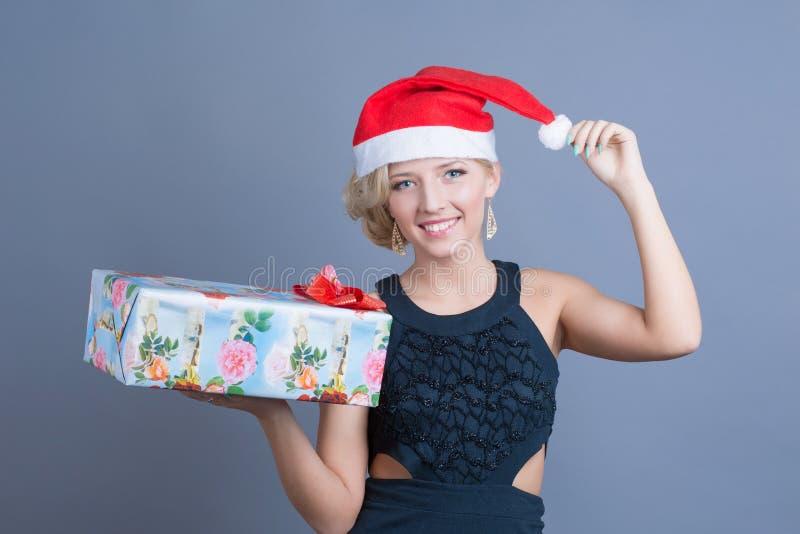 Presen de manier mooie vrouw in een santahoed met royalty-vrije stock fotografie