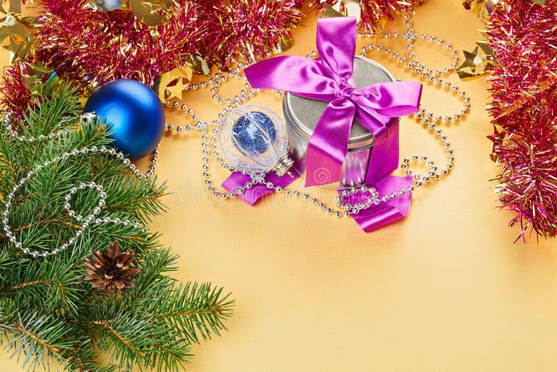Present och garneringar för nytt år arkivbilder