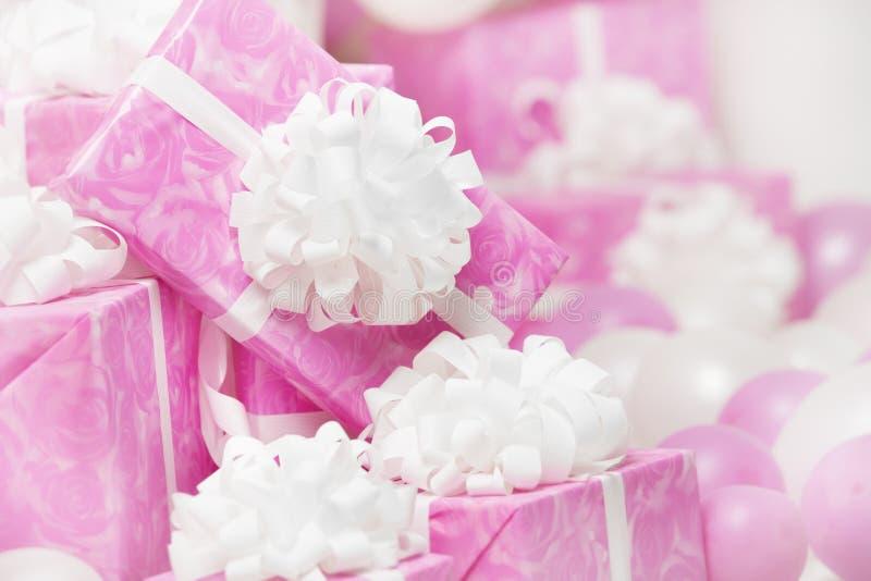 Presenta las cajas de regalo, el fondo rosado para la hembra o el birthda de la mujer imagenes de archivo