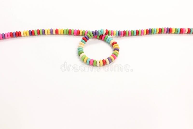 Presentación accesoria de cadena hecha a mano de la joyería del collar retro colorido de las gotas foto de archivo libre de regalías