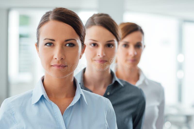 Presentación acertada de los empresarios de las mujeres imagenes de archivo