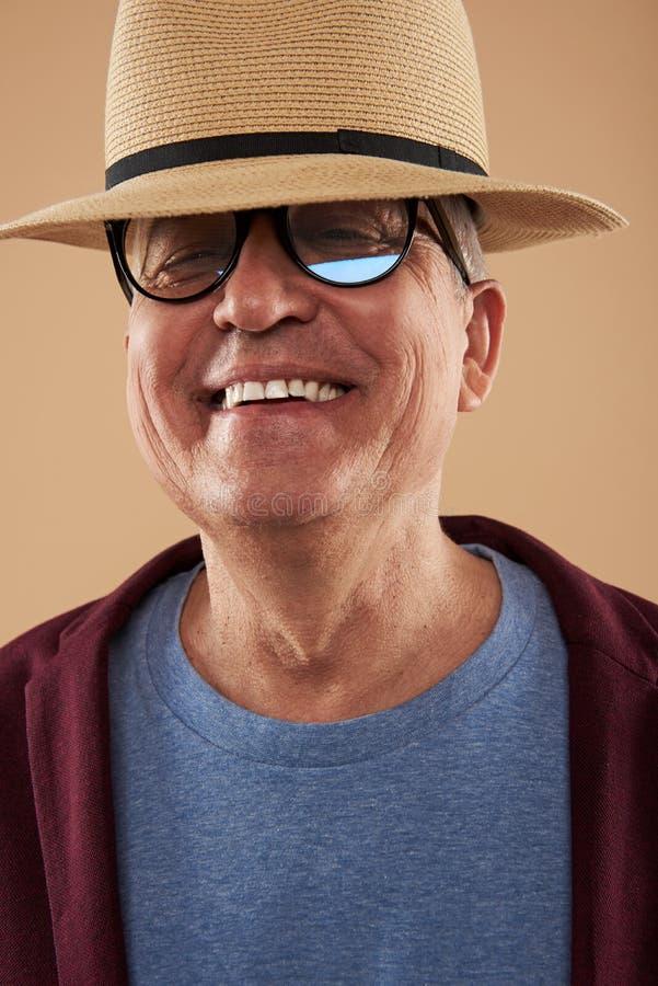 Presentación adulta feliz con el sombrero de paja en su cabeza y sonrisa fotos de archivo libres de regalías