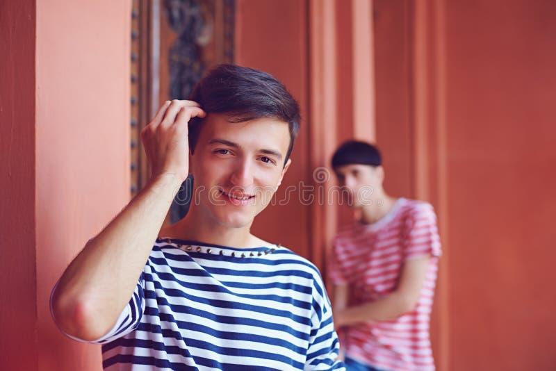 Presentación adulta joven sonriente del muchacho foto de archivo libre de regalías