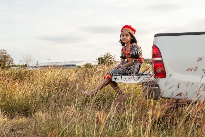 Presentación asiática de la muchacha fotos de archivo libres de regalías