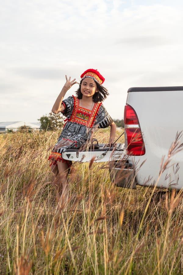 Presentación asiática de la muchacha imagenes de archivo