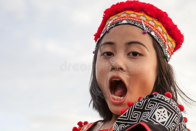 Presentación asiática de la muchacha foto de archivo