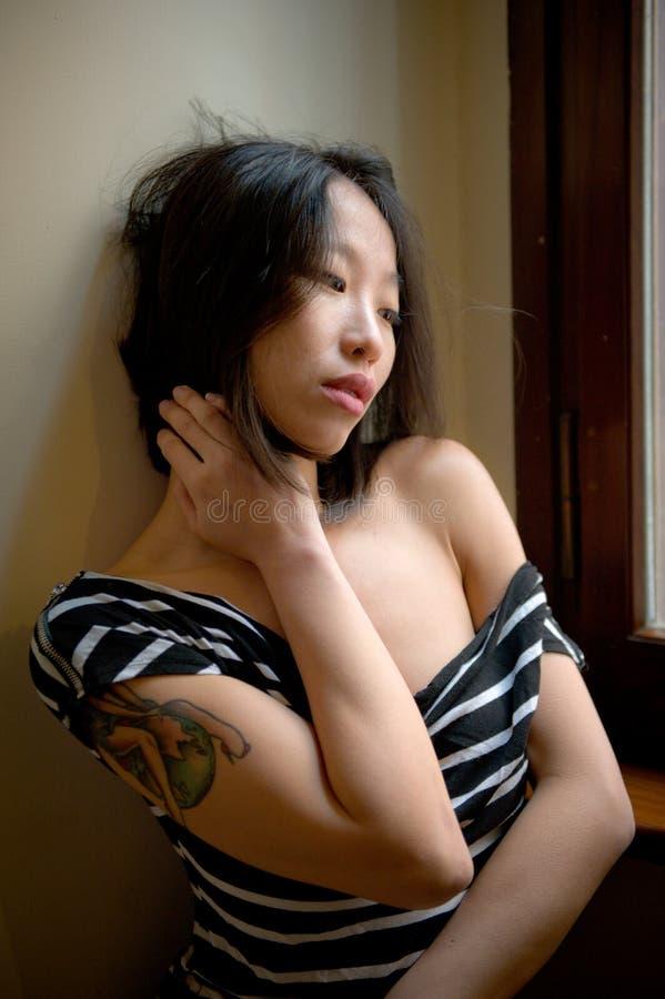 Presentación asiática sensual hermosa de la mujer pensativa imagen de archivo libre de regalías