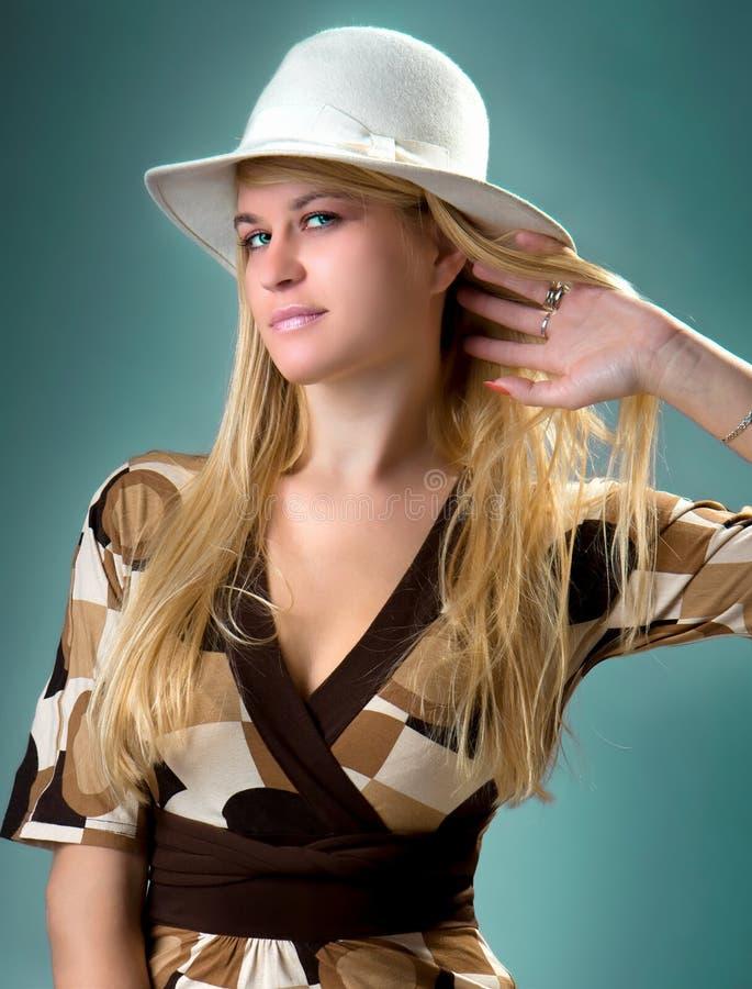 Presentación blondy hermosa en la expresión feliz fotografía de archivo libre de regalías