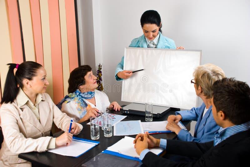 Presentación a bordo en la reunión de negocios imagenes de archivo