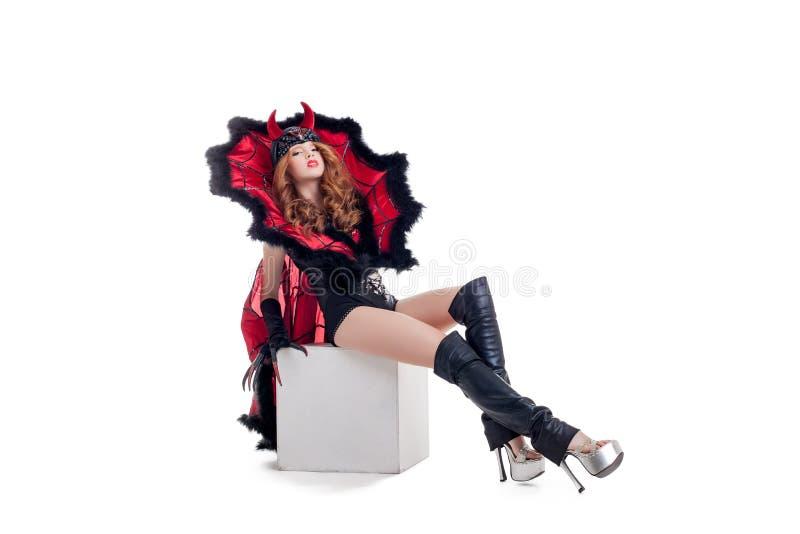 Presentación confiada joven de la mujer vestida como diablo imágenes de archivo libres de regalías
