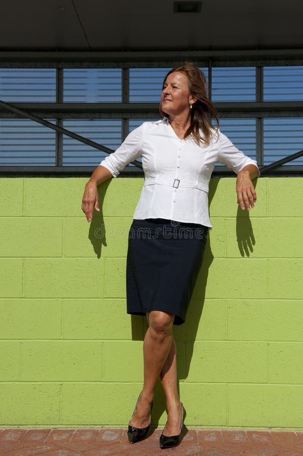 Presentación confidente de la mujer de negocios al aire libre imagen de archivo libre de regalías