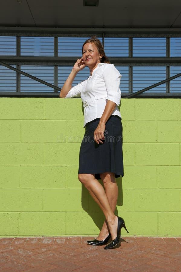 Presentación confidente de la mujer de negocios al aire libre foto de archivo