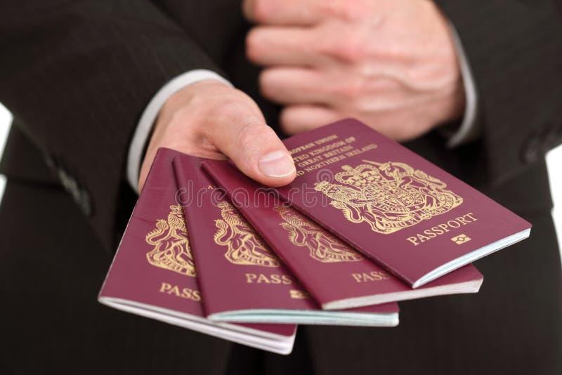 Presentación de cuatro pasaportes británicos en el aeropuerto imagen de archivo