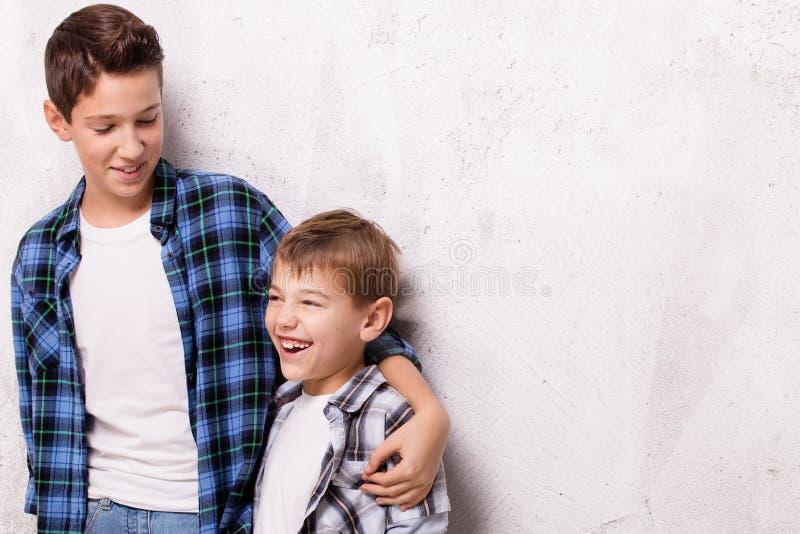 Presentación de dos hermanos jovenes fotos de archivo