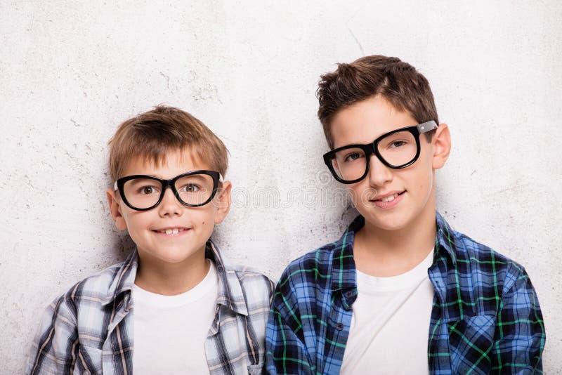 Presentación de dos hermanos jovenes imagen de archivo libre de regalías