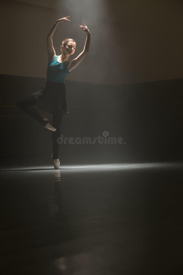 Presentación de la bailarina en el cuarto de clase fotos de archivo libres de regalías