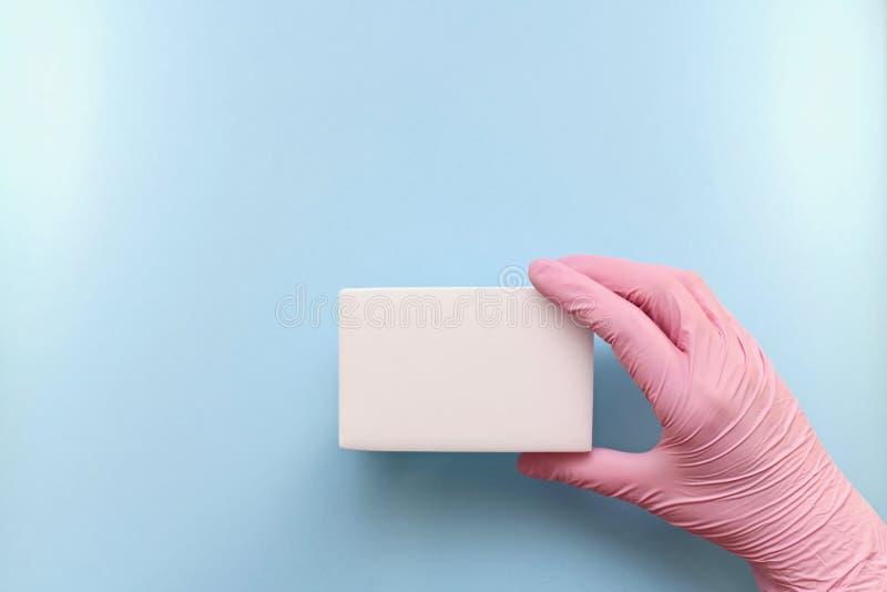 Presentación de la esponja respetuosa del medio ambiente del hogar imagenes de archivo