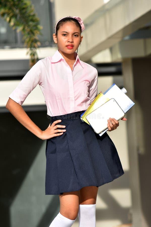 Presentación de los cuadernos jóvenes de Filipina Person Wearing Uniform With fotografía de archivo libre de regalías