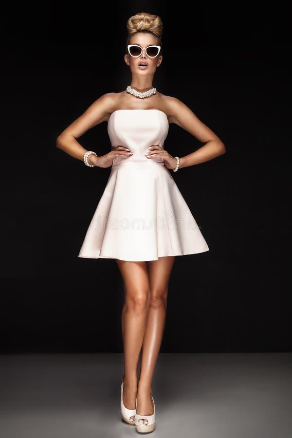 Presentación de moda de la chica joven imagen de archivo