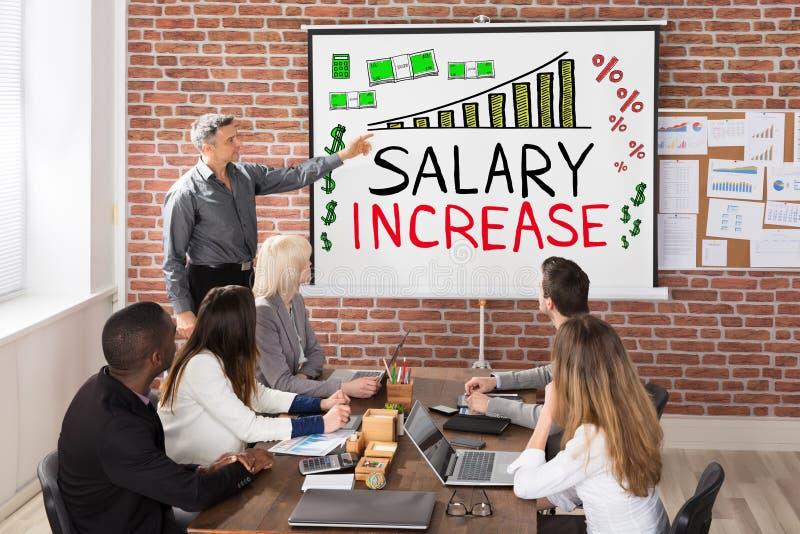 Presentación del aumento salarial imagenes de archivo