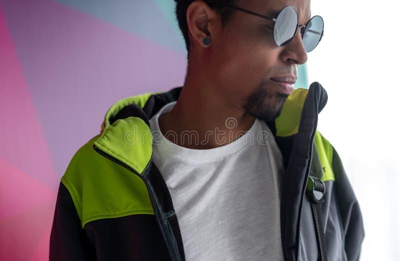 Presentación del hombre negro de moda en la calle fotos de archivo