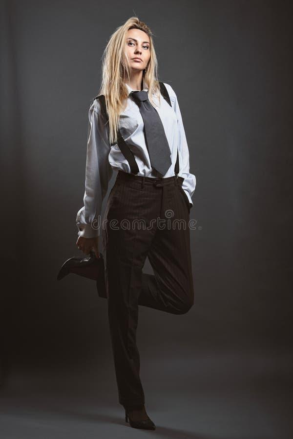 Presentación del modelo de moda vestida como un hombre de negocios imagenes de archivo