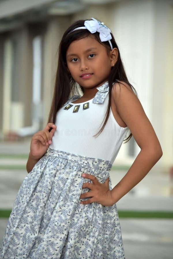Presentación diversa joven de la muchacha imagenes de archivo
