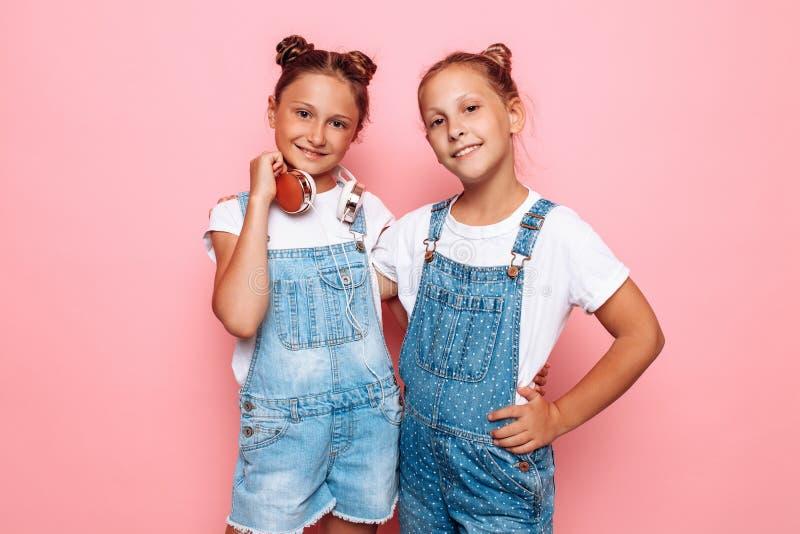 Presentación elegante de dos adolescentes fotografía de archivo libre de regalías