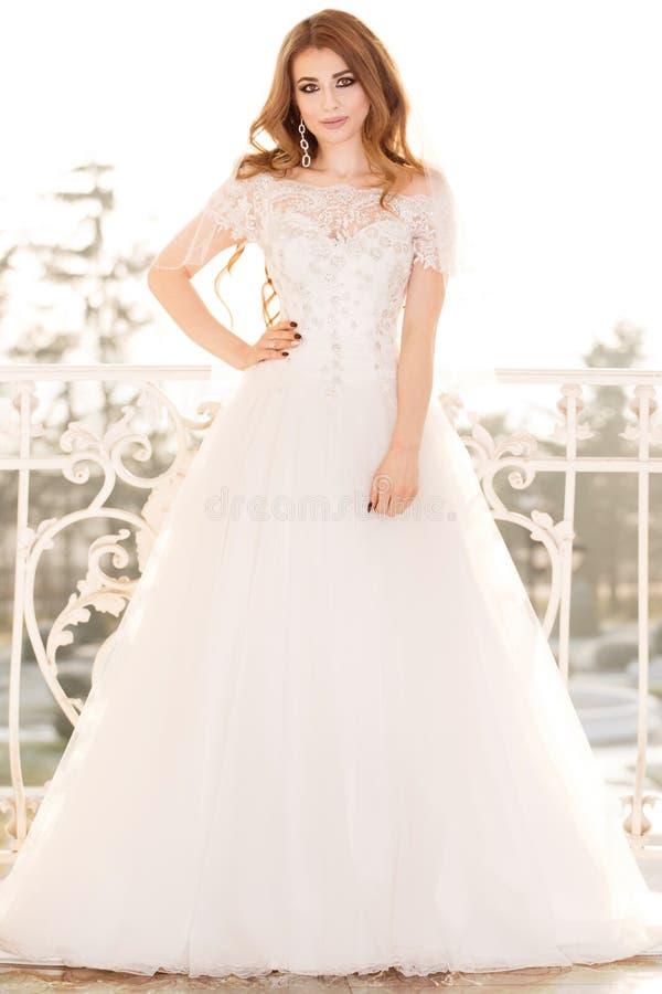 Presentación elegante de la mujer de la novia imagen de archivo