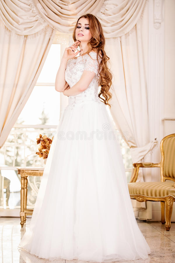 Presentación elegante de la mujer de la novia fotos de archivo
