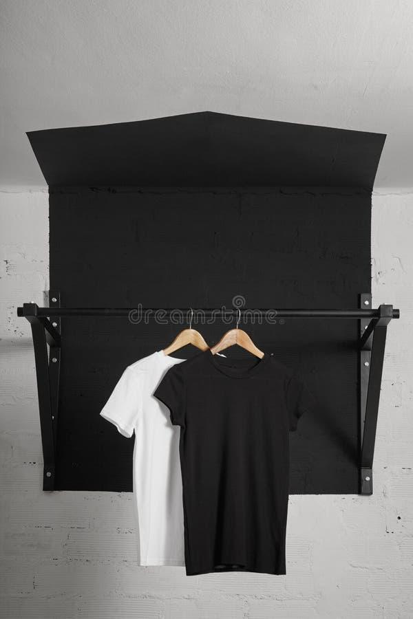 Presentación en blanco de las camisetas imagen de archivo