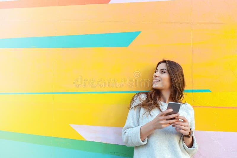 Presentación feliz de la mujer al aire libre en la ciudad fotografía de archivo