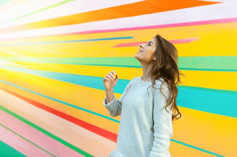 Presentación feliz de la mujer al aire libre en la ciudad foto de archivo