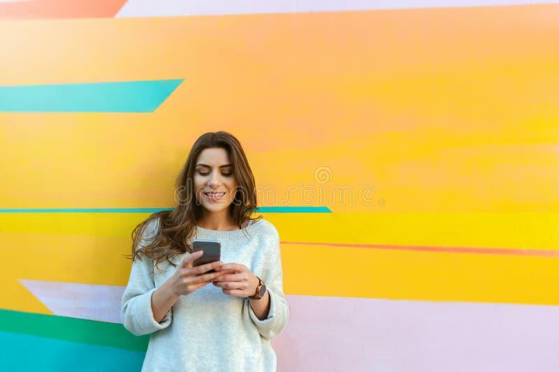 Presentación feliz de la mujer al aire libre en la ciudad foto de archivo libre de regalías