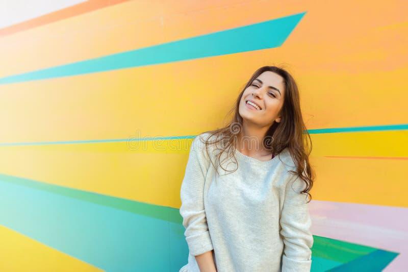 Presentación feliz de la mujer al aire libre en la ciudad imágenes de archivo libres de regalías