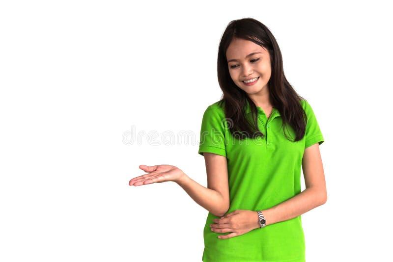 Presentación feliz de la mujer joven aislada en el fondo blanco foto de archivo
