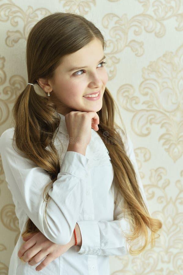 Presentación feliz de la niña imagenes de archivo