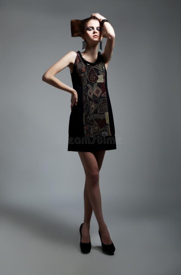 Presentación femenina hermosa del modelo de manera foto de archivo libre de regalías