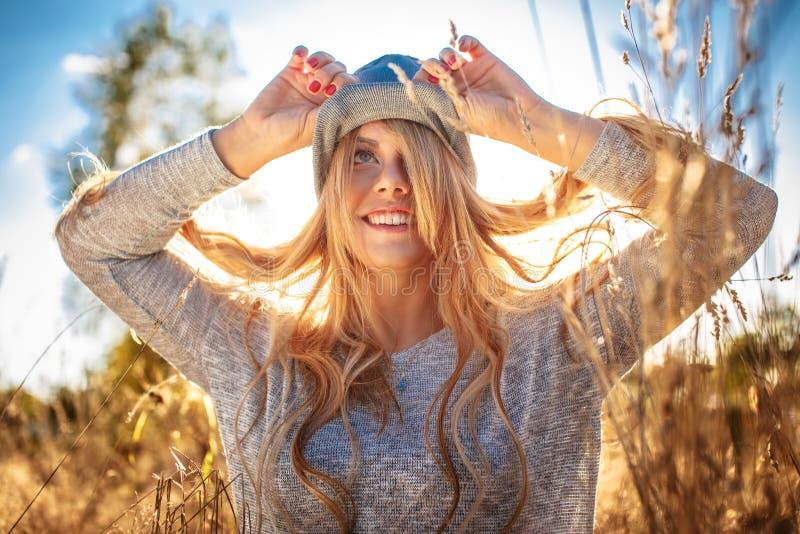 Presentación femenina rubia impresionante en luz del sol imagen de archivo libre de regalías