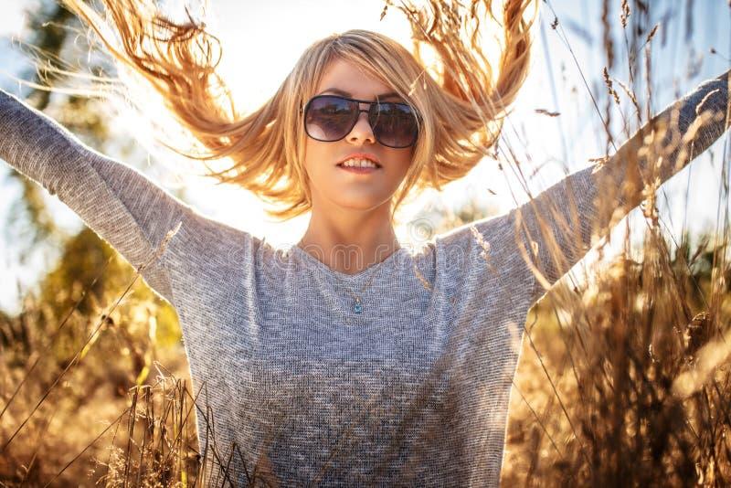 Presentación femenina rubia impresionante en luz del sol imagen de archivo